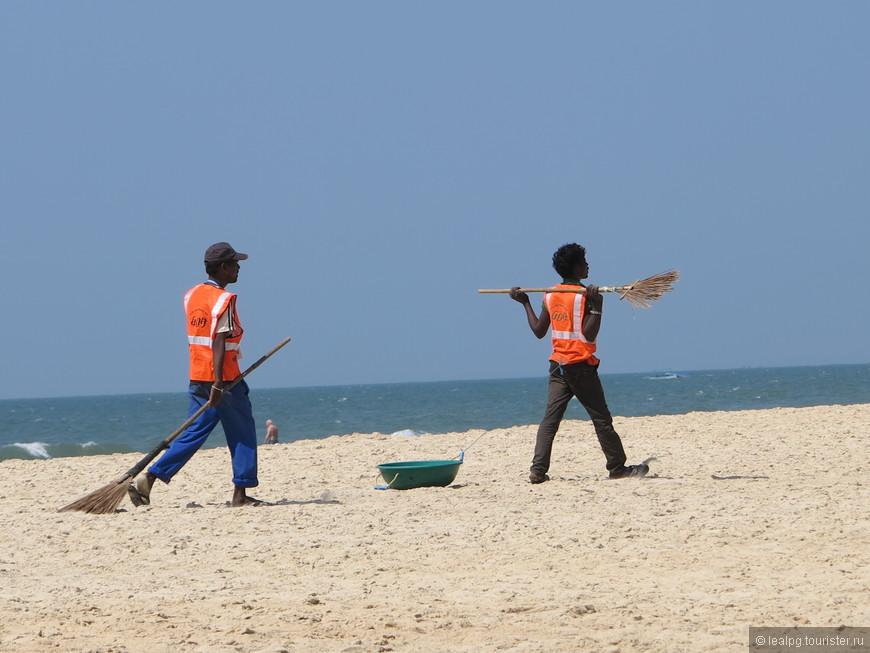 Уборщики пляжа, такое оооочень редко встретишь, просто рядом несколько дорогих 5* отелей.