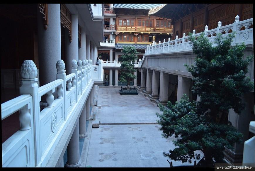 Внутренний дворик храма