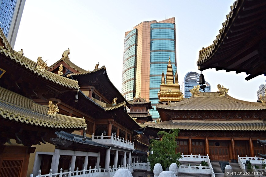 Вид храма на фоне China Construction Bank