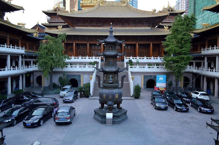 Внутренний двор храма больше похож на бесплатную автопарковку для  его служителей, и мне подумалось, что они, наверное, не самые бедные люди в этом городе:)