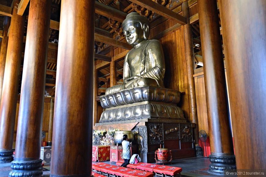 Я думала, что в таком крутом монастыре Будда будет непременно золотым. Серо-свинцового   цвета Будда смотрелся не менее впечатляюще (на фото желтый цвет - это отражение стен).