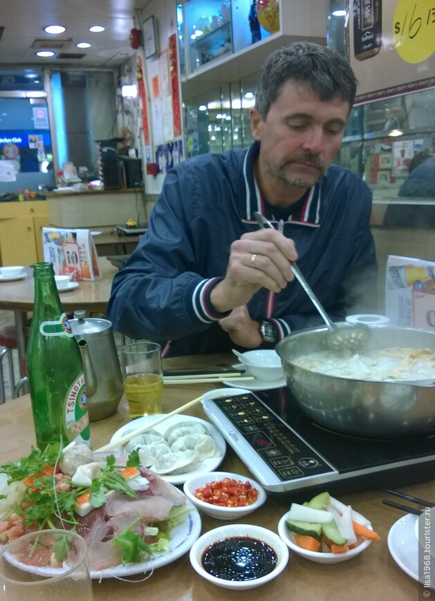 Китайский ресторанчик. На стол ставят плитку и кастрюлю с рыбным бульоном. Все, что на столе  необходимо положить в кастрюли и варить минут 10-15, затем достаешь шумовочко,  окугаешь в соевый соус, и ешь, закусывая свежими овощами. Получилось дороговато, около 3000 руб.