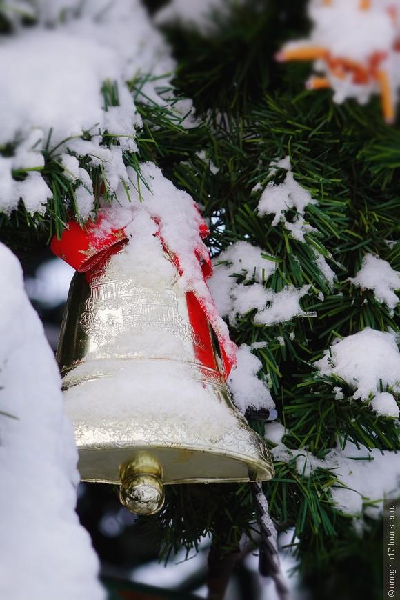 Городская елка не успвала отряхиваться от снега, чтобы вдоволь покрасоваться своими обновками...