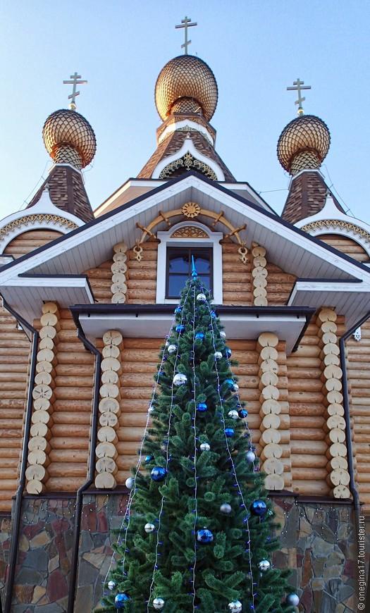 Совершенно неожиданно наши храмы тоже украсили елками. Обычно все это происходило ближе к Рождеству и что заставило в этом году так рано украсить елки - для меня вопрос...