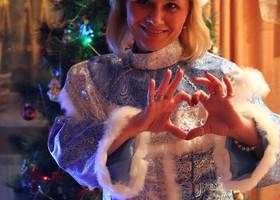 Самое удивительное время - дни перед Новым годом... В каждом из нас просыпается ребенок, верящий в чудеса и сказки, ждущий Деда Мороза и надеющийся, что уж в новом году все будет совсем иначе... И отложив все важные и неотложные дела, мы несем в дома елки, старательно украшаем их шариками, любимыми с самого детства, любуемся, как бегут огоньки гирлянды, упаковываем подарки, стараясь удивить и порадовать тех, кто дорог и кто любим. Печем, стряпаем, стараемся превзойти саму себя в кулинарном мастерстве и блеснуть новогодней ночью... И все время думаем, что же загадать в этом году? И перебираем желания, откидывая не самые важные... И все мы верим, что новогодние мечты - самые-самые, а значит они непременно сбудутся! Я не Снегурочка... Но если бы я хоть самую малость могла исполнять желания, каждую новогоднюю ночь я бы трудилась без устали, делая сказку былью... Чудеса приходят к тем, кто в них верит!!!