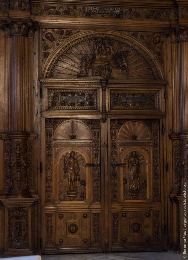 Створки двери судебного зала имеют различную высоту: тому, кто был оправдан, разрешалось с высоко поднятой головой выйти через более высокую часть.