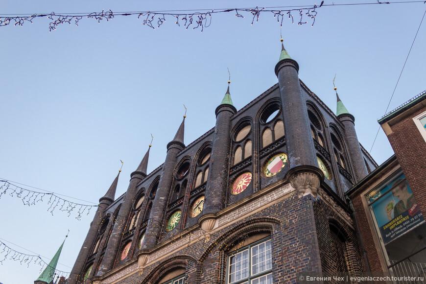 Строго говоря, любекская ратуша - это не одно здание, а архитектурный ансамбль из многих частей.