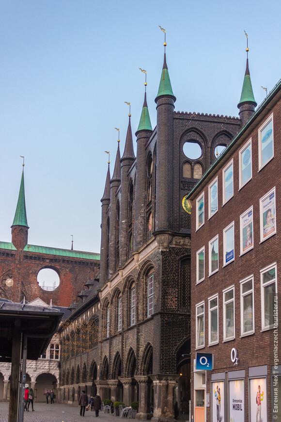 В 1570 г. перед основной частью была сооружена крытая галерея в стиле ренессанс.