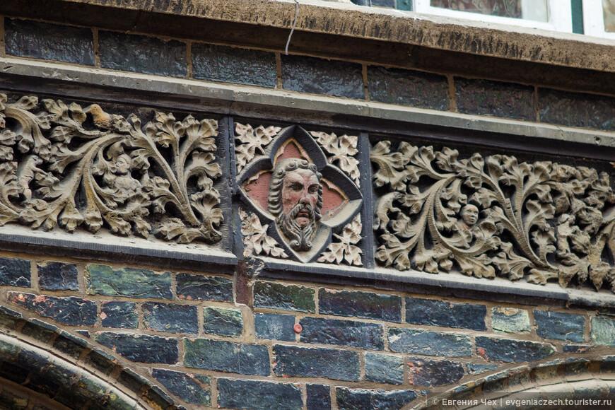 Любекские мастера использовали при отделке глазуированный кирпич, искусные орнаменты из камня