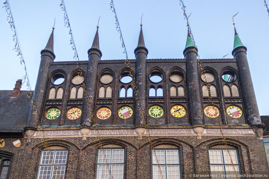 Построенная из голландского песчаника и украшенная гербами ганзейский городов и любекских мужей, она была уже неоднократно достроена.