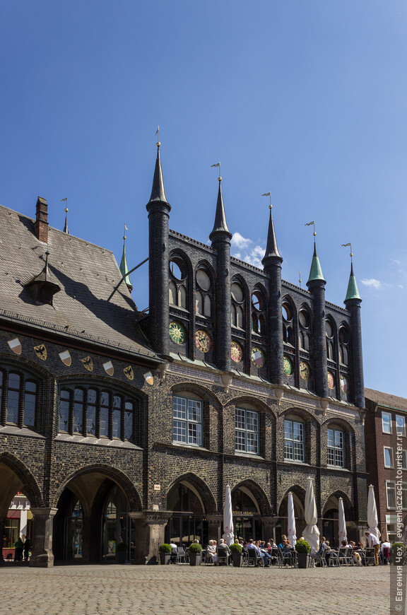 """В аркадах располагались лавки ювелиров. В 1442 г. это сооружение было продлено: были пристроены """"Новые покои"""", башенками, солнцами и золотыми вымпелами."""