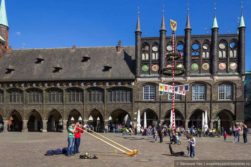 Как и в большинстве немецких городов, перед ратушей располагалась Рыночная площадь