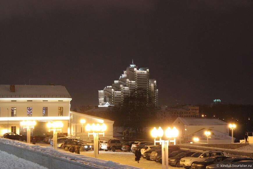 Прямо с крыльца Дворца Республики просматривается дом у Троицкого.