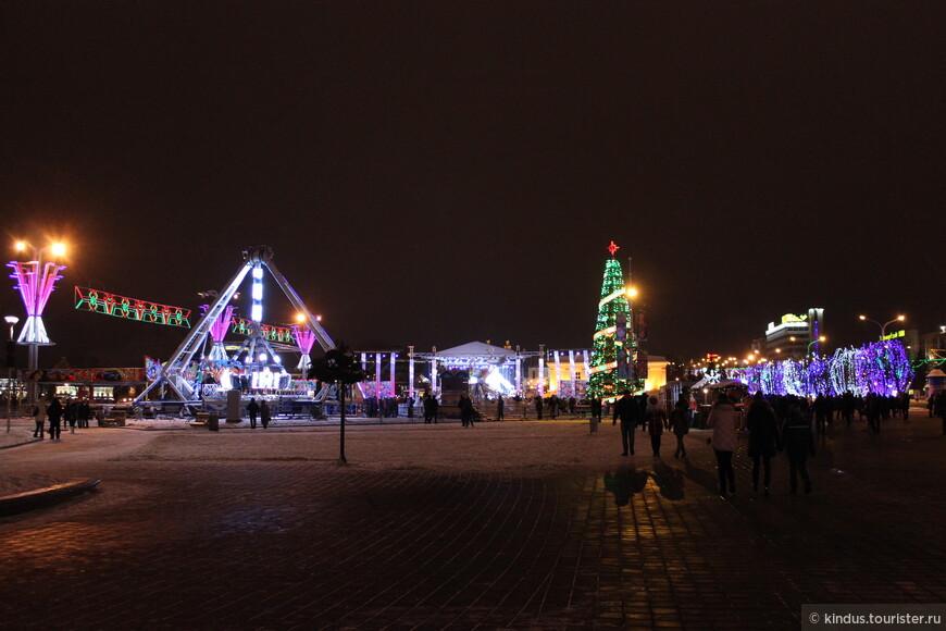 Тут, на площадке у Дворца Спорта стоит ещё одна ёлка и организованы гуляния.