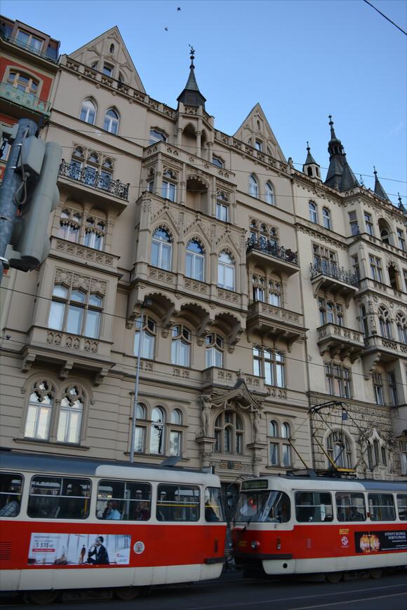 Отличительная черта Праги - разветвленная трамвайная сеть. В родном моем Воронеже трамваи исчезли несколько лет назад и я с особенно теплым чувством смотрела на чешские трамвайчики - такие же были у нас. Конечно, шума от этого транспорта, может и больше, чем нужно, но передвигаться по городу удобно. И очень романтично!
