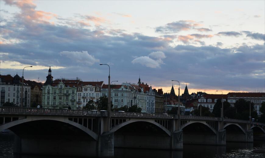 """Jiráskův most, один из многих пражских мостов, рядом с ним расположен """"Танцующий"""" дом. Этот дом -  офисное здание, полагаю, сюда приятно приходить утром на работу и пить кофе, посматривая на пробуждающийся город из окна!"""