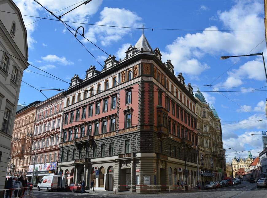 Фасады зданий, кроме того, что они разнообразные и затейливые, хороши тем, что поддерживаются в довольно аккуратном состоянии.