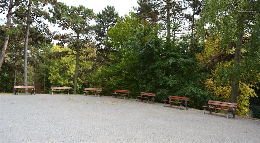 Здесь же много уютных и тихих уголком, зелено и свежо.