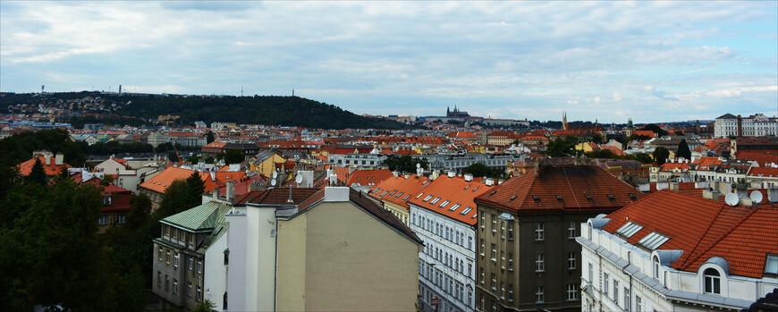 Вышеград и Пражский град - две высокие и мощные городские доминанты, их шпили издалека переглядываются... С холма Вышеграда виден собор св. Вита.