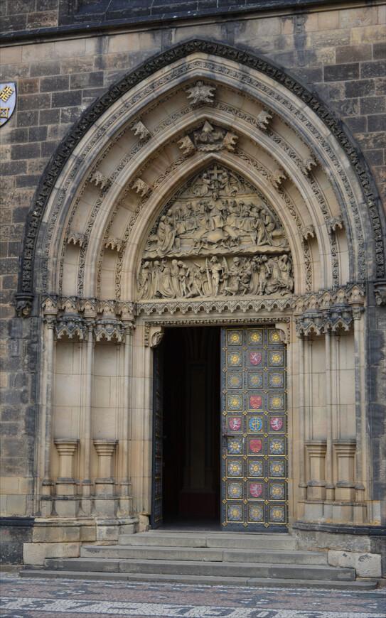 Заслуживает особого внимания барельеф над главным входом - и не только тем, что работа мастеров по камню ювелирно-тонкая.