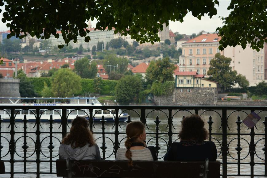Созерцать Прагу, сидя на набережной реки, никуда не торопясь  -  приятное занятие.