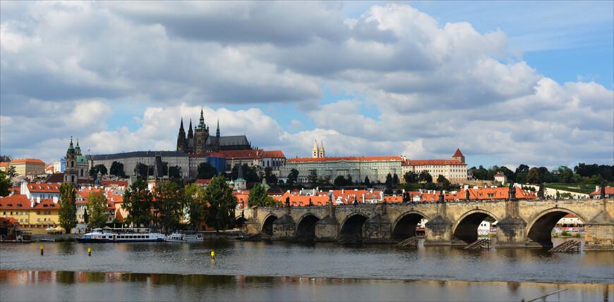 Прага...Узнаваемая и посещаемая миллионами, близкая к нам географически и связанная с нашей страной несколькими десятилетиями общего построения социализма, загадочная и сказочная....О ней столько написано справедливо-восторженных слов, что я, пожалуй, позволю себе расслабиться и с удовольствием вспомнить сентябрьские пражские деньки, прохладный осенний воздух и неторопливое и размеренное впитывание, поглощение и накопление в сердце, вечной, надеюсь, красоты Праги.
