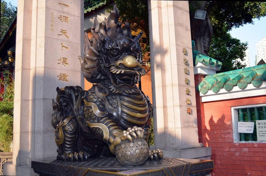 Вход в храмовый комплекс охраняют традиционные стражи – львы. Слева всегда стоит лев, а справа – львица. При этом у льва лапа покоится на шаре, символизирующем единство страны, а у львицы – на детеныше, который символизирует достойных потомков.
