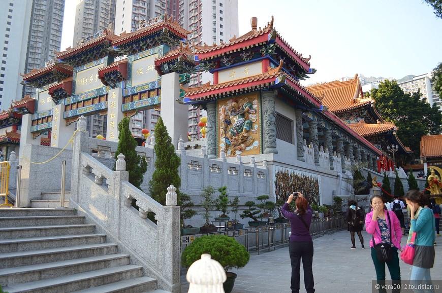 Это основное здание храма трех религий. Именно здесь находится Главный алтарь.  Т.к. смеркалось, я оставила его посещение на потом и поспешила на осмотр территории храмового комплекса.