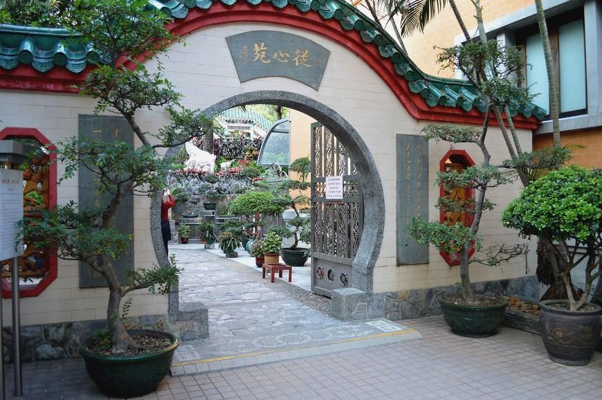 Вход в Сад Добрых Желаний (Good Wish Garden). Говорят, именно в Саду надо загадывать желания, и они непременно осуществятся. Сад создан по  канонам классического китайского сада и очень красив.