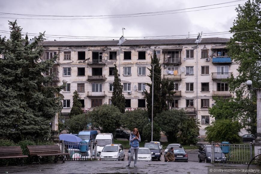 Посмотрите на этот дом. С войны так не чего и не восстановлено. Почему ? Местные говорят что деньги выделяют ( Россия ),  но они куда то деваются )