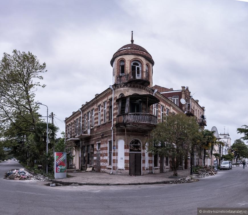Это бывший дом братьев Ксандопуло, построенный по проекту архитектора С. К. Бойко в 1906 году. Здесь до революции располагался публичный дом, позже были размещены квартиры. Сейчас здание заброшено.