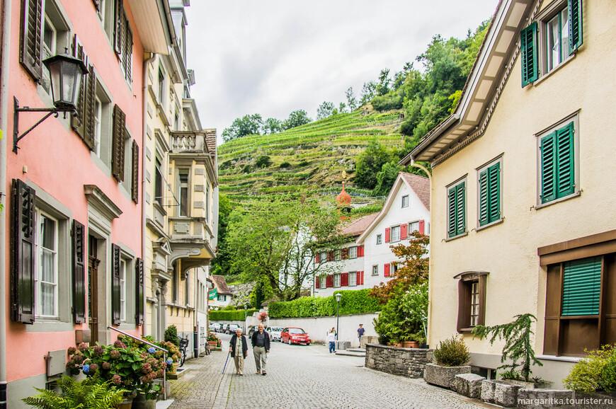 Этот женский монастырь обосновался у подножия живописного холма с виноградными террасами в самом центре Weesen, который находится полутора сотнях метров от центральной бухты города.