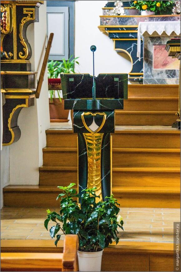 Кафедра, аналой, микрофон, подставка под Библию и алтарь выдержаны в едином стиле