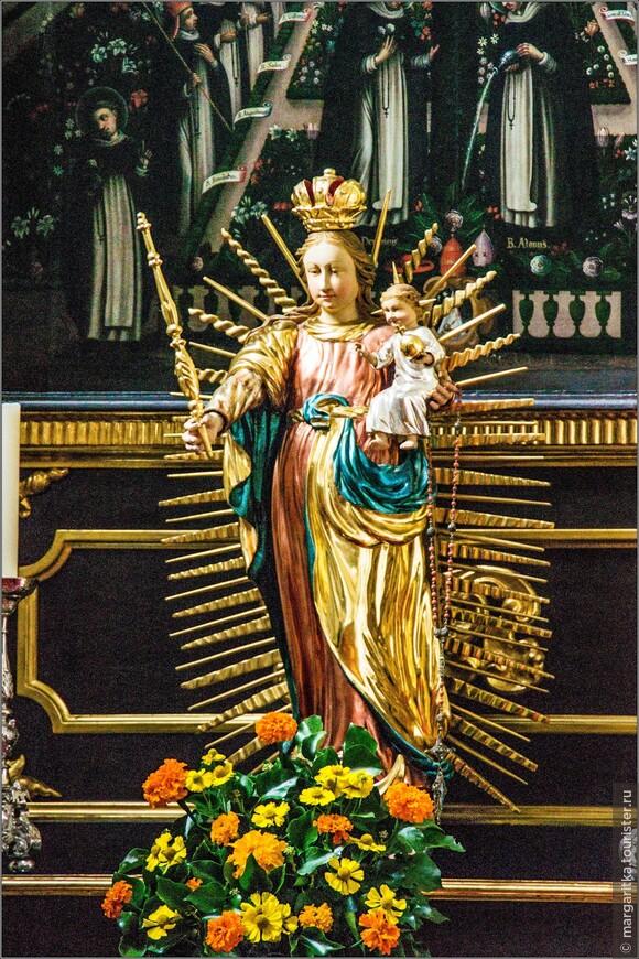 фарфоровая скультура Девы Марии у левой части алтаря
