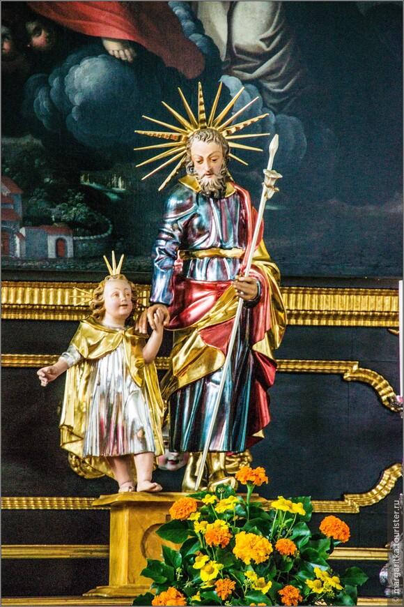 фарфоровая скульптура святого (видимо, Антония из Падуи) справой стороны алтаря