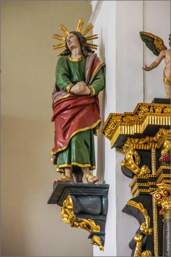 вдоль стены фарфоровые скульптуры святых имеют довольно большую величину