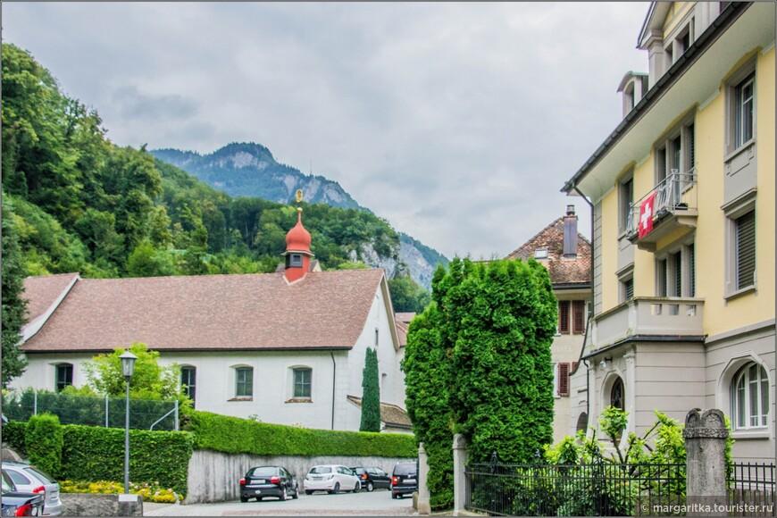 Аббатская церковь, увенчанная куполом-луковицей, формирует западный угол-крыло строительного комплекса с1822 г.