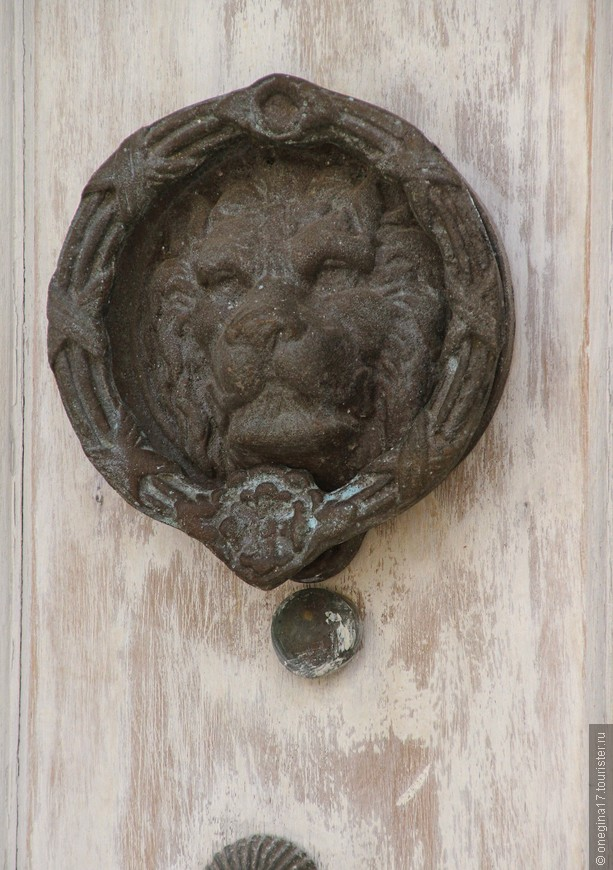 А это лев был совсем старинный, даже потерял где-то свою колотушку и наверное, потому так грустил. И сфотографировала, и приласкала, и за ушком почесала его...