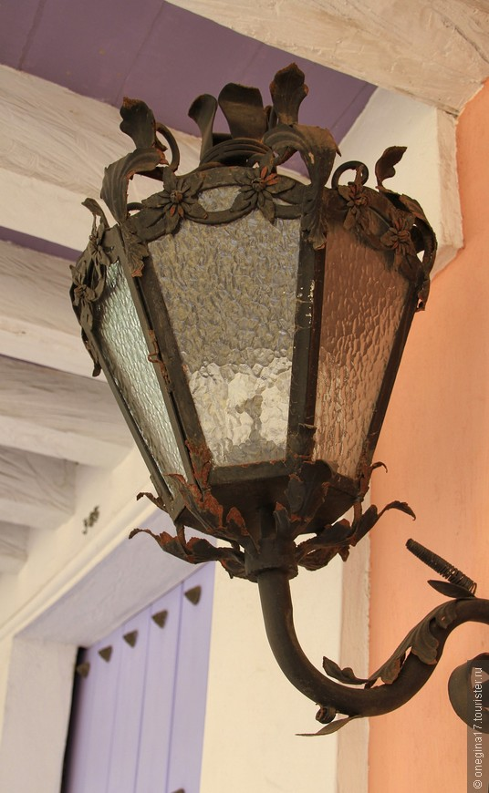 То ли климат, то ли века сделали фонарь таким древним, я не знаю...