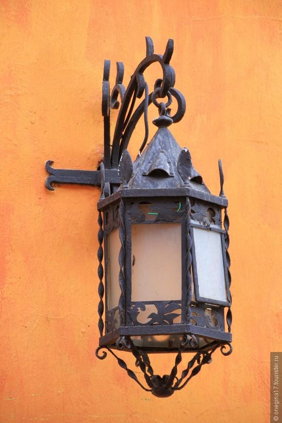 Вот о чем я и сегодня жалею, так это о том, что не довелось мне гулять по Картахене в сгустившихся сумерках, когда старые фонари начинают освещать не менее старые стены...