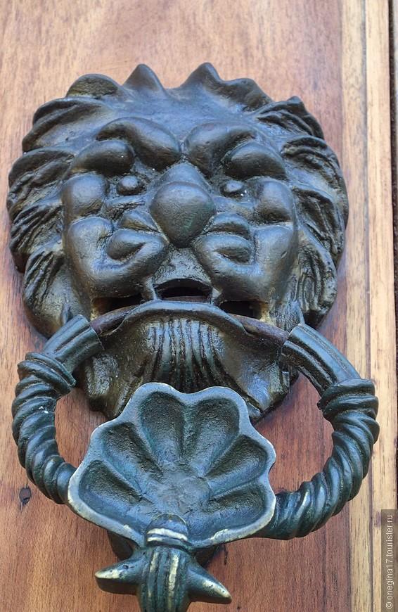 А вот улица со львами на дверях. Тоже стучат... И тоже открывают.