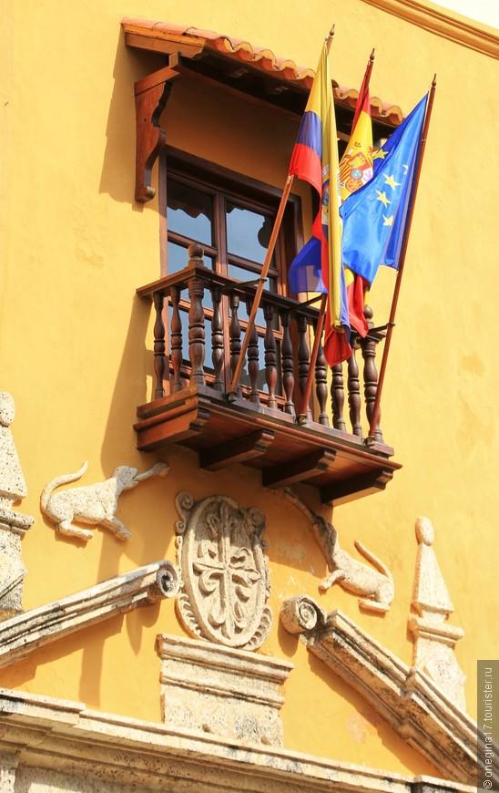 Самые хитрые украшают балкон флагами. Поди, обойди такой балкон с наградой...