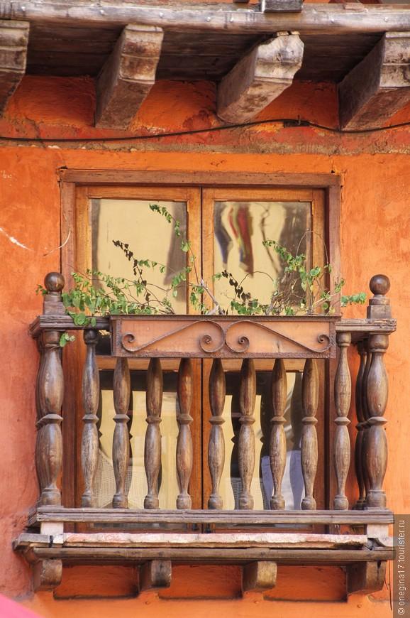 Есть балкончики маленькие-маленькие. И цветы на них чахленькие-чахленькие...
