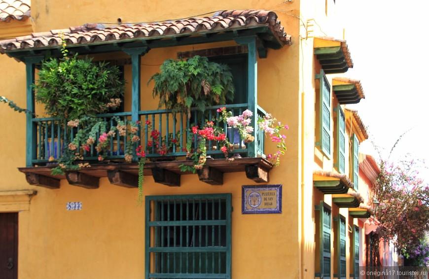Так и запомнилась мне Карахена: горячее солнце, добрый прохладный ветер, цветущие балконы, охряные стены, теплые решетки из старинного дерева, путеводные таблички и незримое присутствие самой Картахены, красивой сеньоры, щедро предложивший свою дружбу, едва мы успели представиться друг другу...