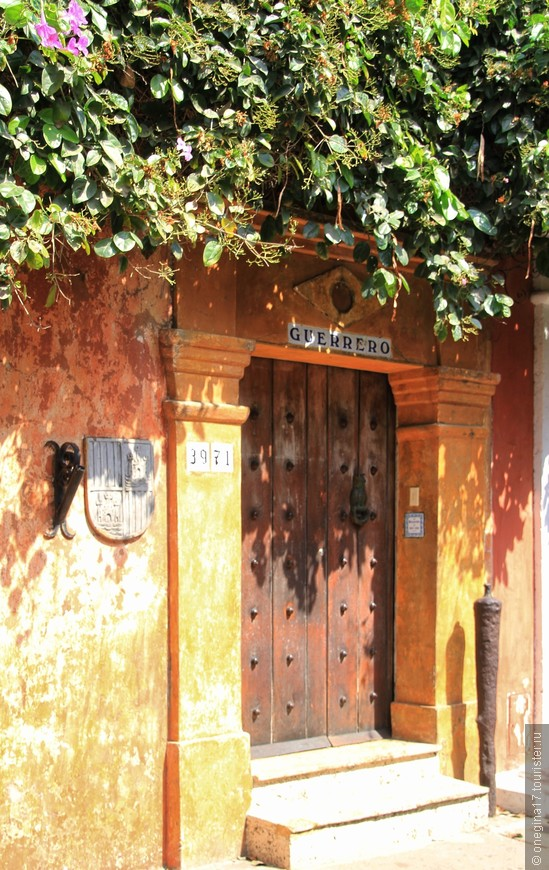 Двери настолько хороши и настолько старинны, что про них можно написать кучу сказок и историй...