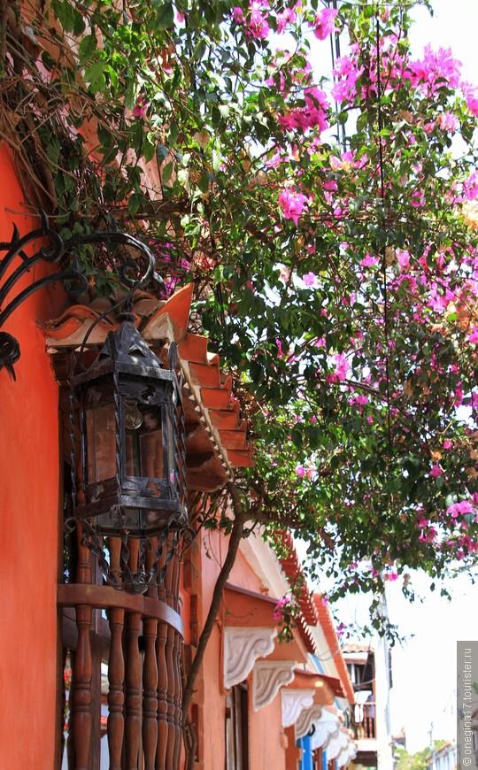 Тут вам и чудный фонарь, помнящий, наверное, самых настоящих пиратов, и старинные решетки на окнах, и пышные цветы. Картахена, она такая...