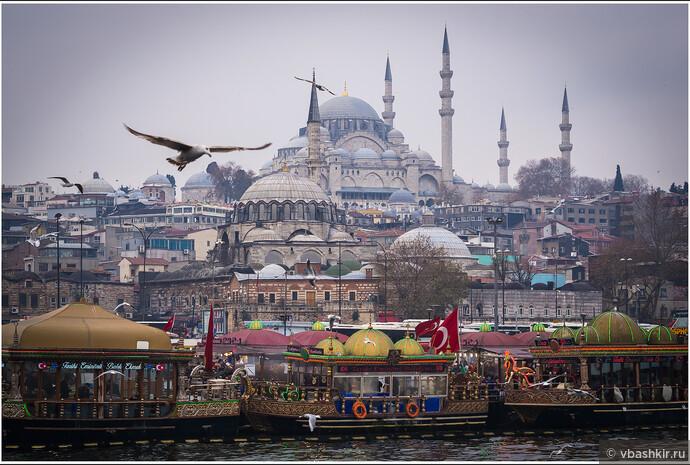 Вид с Галатского моста на Эминёню, мечети Рустема-паши и Сулеймание.