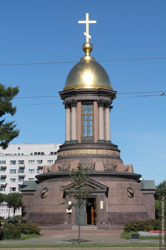 Храм-часовня Троицы Живоначальной на Троицкой площади была построена к 300-летию Санкт-Петербурга.