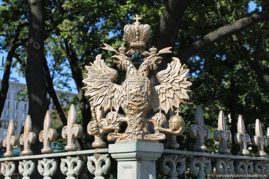 Двуглавый орёл на ограде домика Петра I на Петровской набережной.