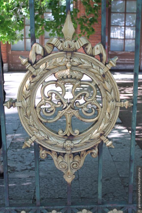 Ворота с золотым вензелем Петра I.